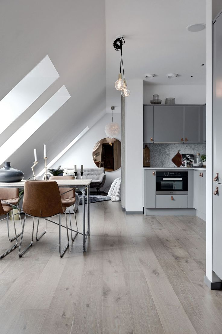 Arkitektritat kök från Ballingslöv med gråmålade luckor och lådfronter, bänkskiva och stänkskydd i mattslipad exklusiv Carraramarmor. Köket är utrustat med planmonterad rostfri diskho, blandare i krom från Hansgrohe.