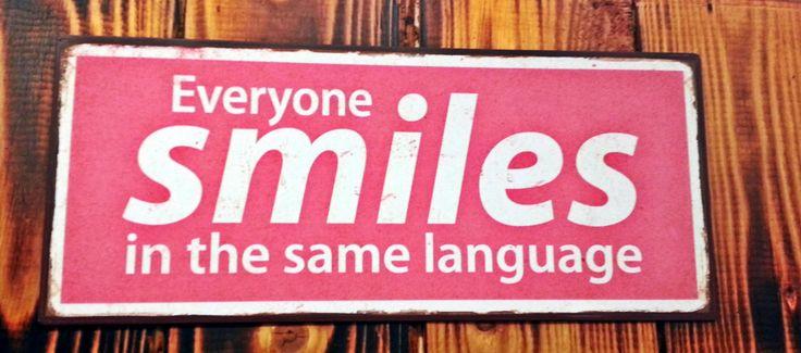 "Metalskilt med teksten: ""Everyone smiles in the same language"". #metalskilt #skilt #citat #quote #everyonesmilesinthesamelanguage #smile #universalsmile #smilequote #plantorama"
