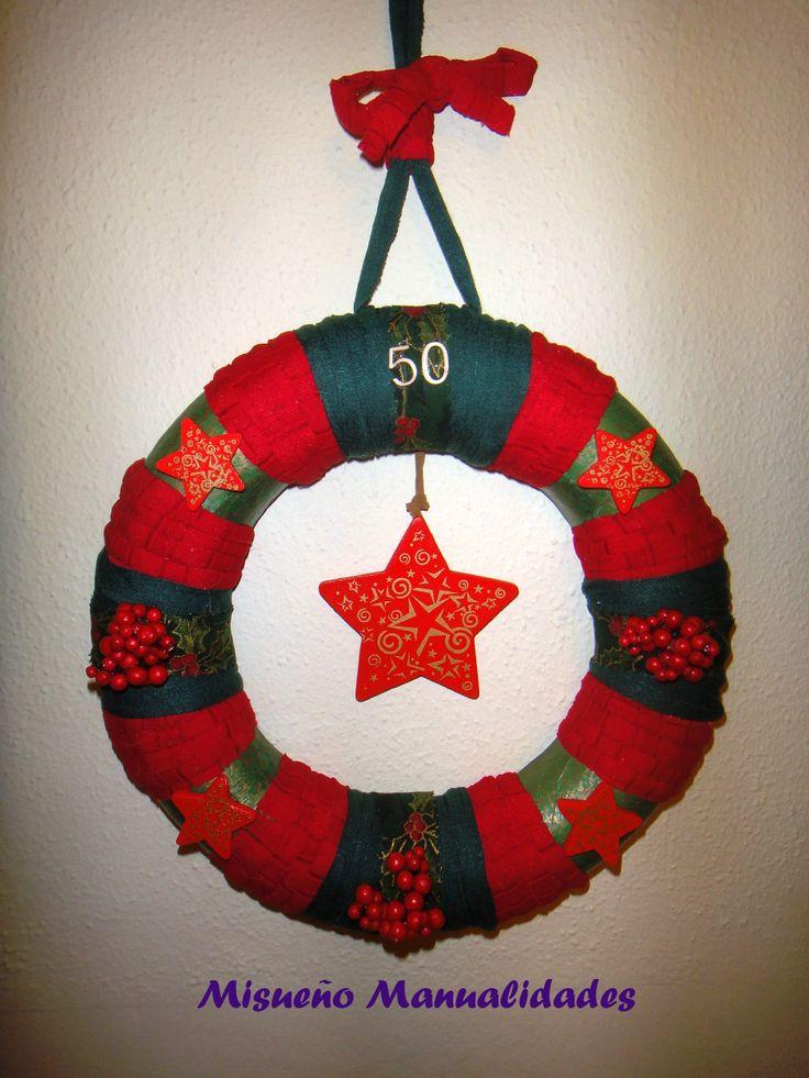 Corona de navidad de trapillo y papel Décopatch, decorada con estrellas de madera. Regalo para el 50 cumpleaños de una amiga muy especial.
