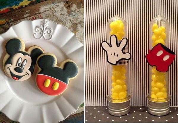 Ideia de decoração de cookies e balas para a mesa do bolo de festa de dois anos de menino com o tema mickey.
