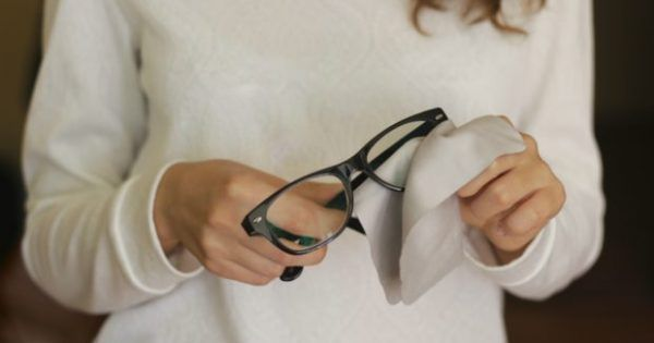 Υγεία - Γρατζουνίστηκαν τα γυαλιά σας και θεωρείτε πως η μόνη λύση είναι να αγοράσετε καινούρια; Μην απογοητεύεστε! Παρακάτω σας έχουμε 4 λύσεις για να επαναφέρετε