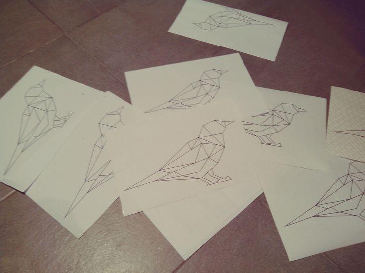 Hemos diseñado un pájaro tipo origami en una plantilla de pegatina para poder dibujarla en la tapa de la banqueta
