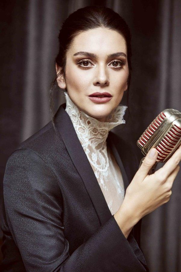 Berguzar Korel S Haare Make Up Und Style Sac Ve Guzellik Unluler Stil