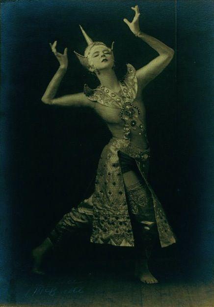 http://1.bp.blogspot.com/-fxoJs4ANtpQ/Ta34-Nv5VbI/AAAAAAAABbw/FlFkhOlBau0/s1600/Ruth-St.-Denis-in-Siamese-Ballet.-by-New-York-Public-.jpg