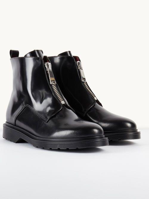 Boots en cuir avec détail zippé FARIS. Confectionnées en cuir glacé les boots montantes se ferment à l'aide d'un zip sur le dessus du pied. Elles disposent en outre d'une large semelle en gomme striée. Les chaussures insuffleront une énergie rock, doucement androgyne, à vos tenues!