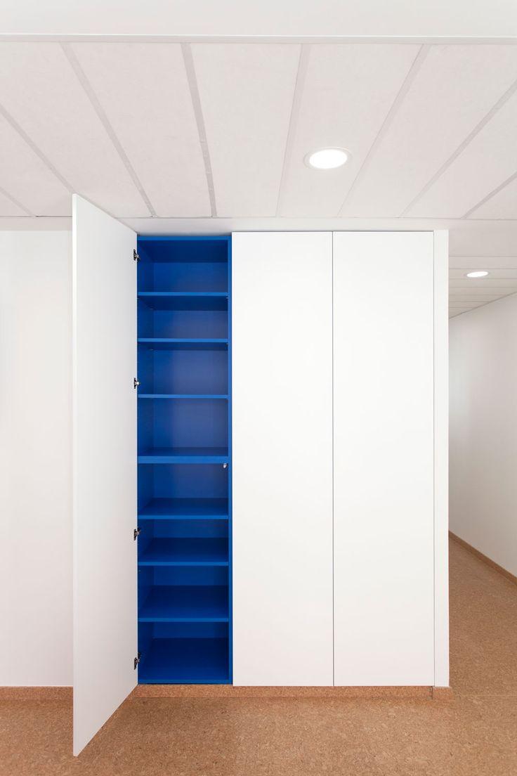 armoire de rangement en bois blanc laqu avec int rieur en. Black Bedroom Furniture Sets. Home Design Ideas