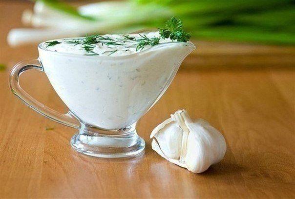 Изумительно вкусный и простой в приготовлении соус для овощей, мяса, хлеба и всего того, с чем едят майонез.Приготовление:1. Натереть один средний огурец на крупной терке и слегка отжать сок.…