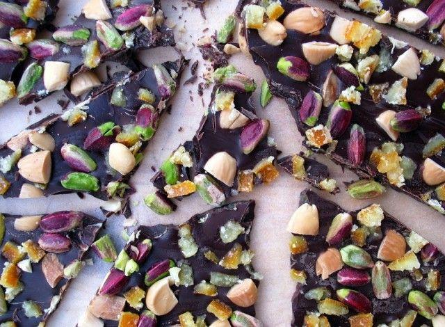 """La ricetta proposta qui appartiene alla tradizione americana, dove le tavolette di cioccolato tempestate di frutta secca e altro prendono il nome di bark (""""corteccia""""). È una preparazione molto comune nel periodo natalizio, facilissima e veloce da realizzare in casa. Tra gli ingredienti: un buon cioccolato, fondente o di altro tipo, frutta secca, frutta essiccata, frutta candita e quant'altro la fantasia può suggerire.Tagliato a pezzi e confezionato negli appositi sacchetti, il bark è anche…"""