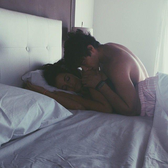 целуются в кровати парень и девушка результате