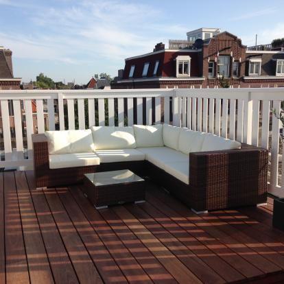 Hardhouten dakterras met wit hekwerk in de Vondelbuurt in Amsterdam