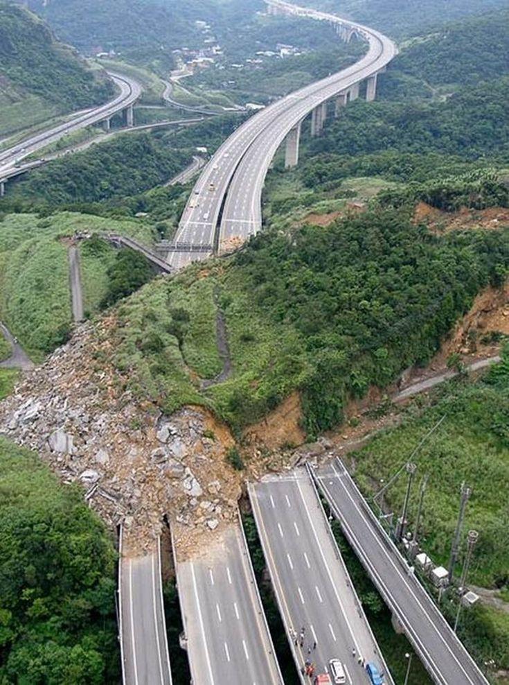Un deslizamiento de tierra cubre la carretera nacional No. 3 cerca de Keelung en el norte de Taiwan el 25 de abril de 2010.