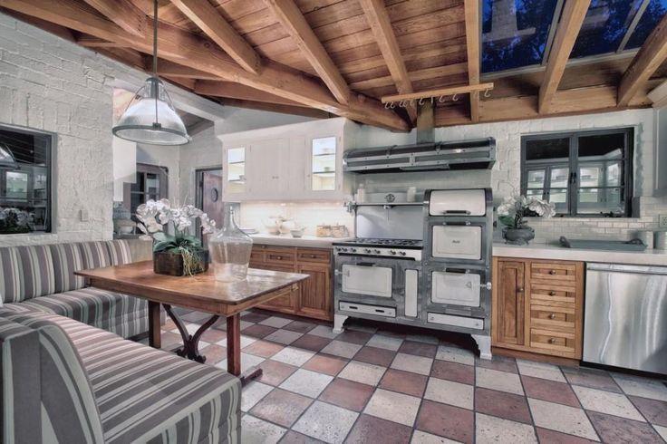 Een luxe buitenhaard mag uiteraard niet ontbreken in een Hollywood-waardig huis - Kijk binnen bij Katharine Hepburns indrukwekkende eerste huis in Hollywood