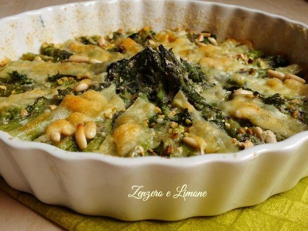 Questi asparagi al forno sono un contorno davvero molto goloso e saporito grazie ai formaggi e alla frutta secca che li guarniscono. Ricetta da provare!