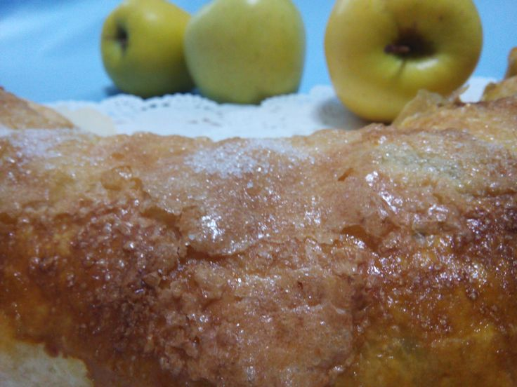 Hoy tenía que hacer un postre ya que me habían invitado a comer, y cuando vi las manzanas…no lo dudé, un Strudel que así tomamos fruta, ;) Cuando haces un postre siempre quieres que guste a t…