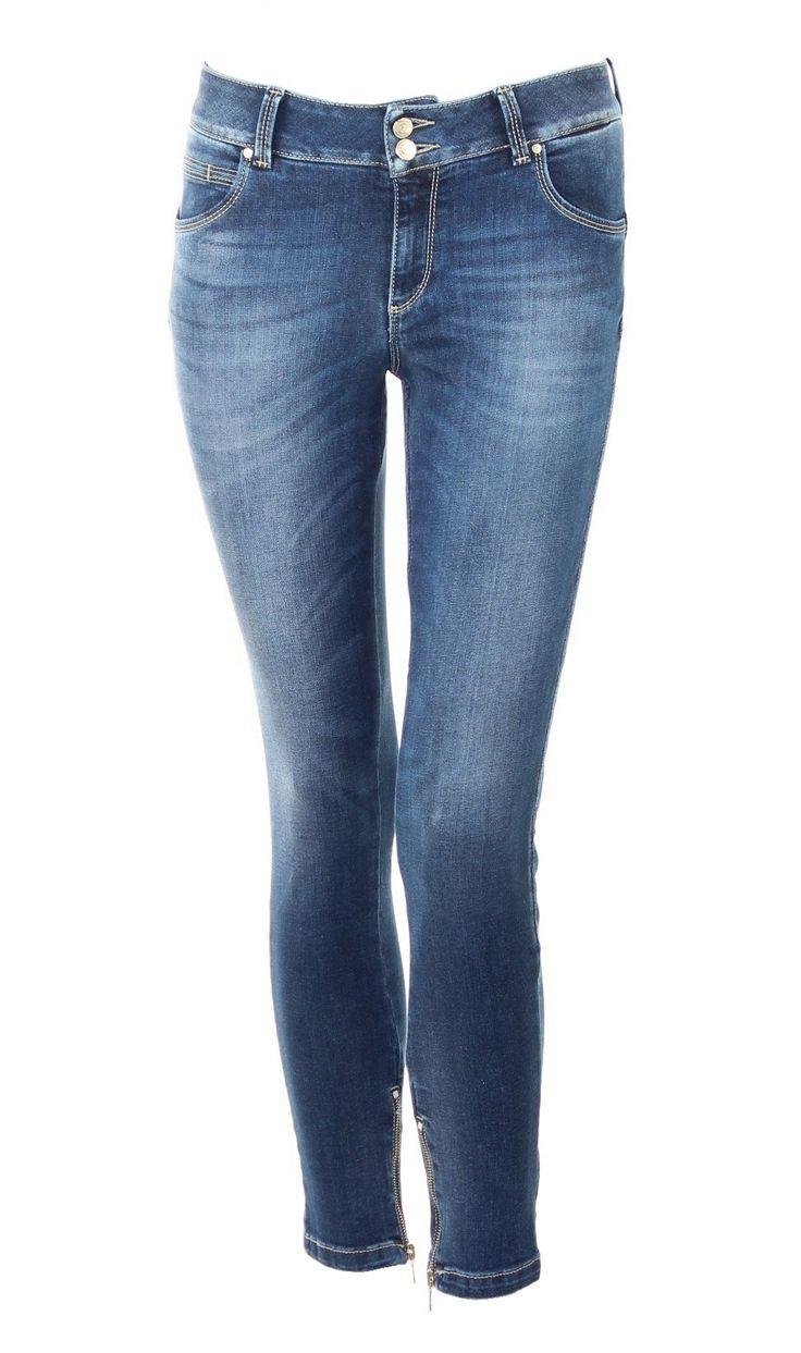 Five-Pocket-Jeans mit schmalem Bein und Reißverschluß am Saum   Doppelknopfleiste oben   Kocca-Logo aus Gold auf der Rückseite    Spezielle Waschung: leichter Stone Wash, dezente Abriebstelen und Flecken, leich