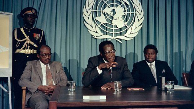 Mugabe 1998'de Afrika ödülü almadan önce konuşurken