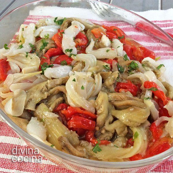 En esta receta de escalivada hemos añadido unas migas de bacalao desalado y un poco de ajo en polvo como toque personal porque intensifica el sabor de las verduras asadas.