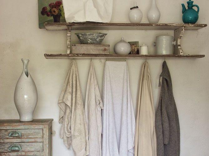 Gris clairs, blancs texturés, tons crème… Ce coin de salle de bains résume à lui seul les choix chromatiques de Josephine. Poteries chinées dans la région.