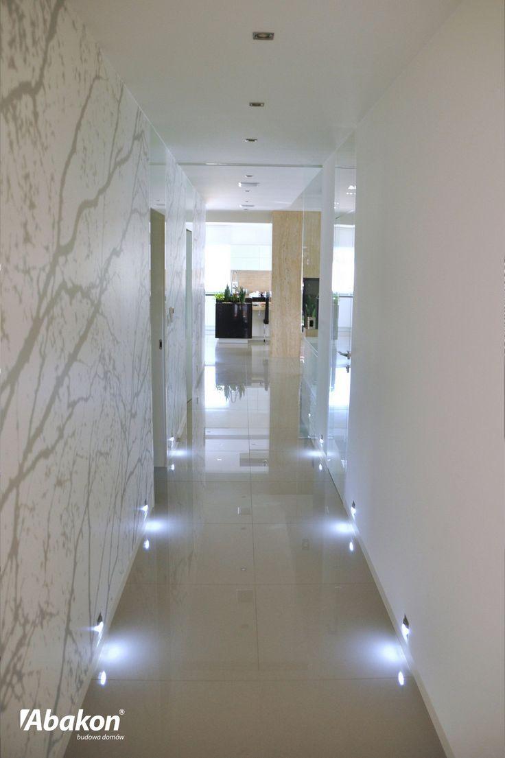 Dom w amarantusach. Wnętrze, hall, korytarz, architektura, design.