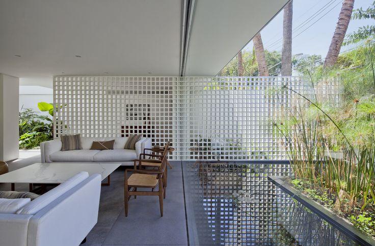 Image 1 of 13 from gallery of Alto de Pinheiros House / AMZ Arquitetos. Photograph by Maíra Acayaba