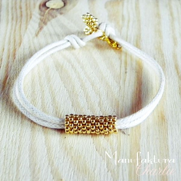Minimalistic bracelet with beading element in gold