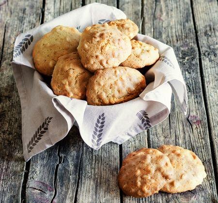 Prueba estas deliciosas galletas hechas a base de harina de arroz, vainilla, ralladura de naranja y bebida de almendras. Son ideales para compartir con tu persona favorita.