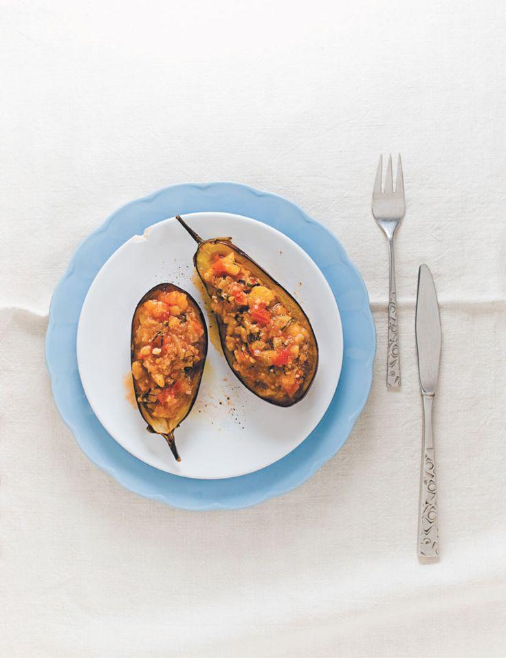 Aubergine à la Nicomou. 4 petites aubergines 125 ml (1/2 tasse) d'huile d'olive extra vierge 6 gousses d'ail sans le germe finement hachées 250 ml (1 tasse) d'oignon Vidalia finement haché 60 ml (1/4 tasse) de menthe fraîchement ciselée 2 tomates bien mûres coupées en dés Fleur de sel Poivre frais moulu 125 ml (1/2 tasse) de bouillon de poulet. ... #aubergine #nicomou #huile #olive