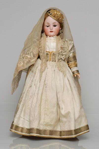 Πορσελάνινη κούκλα από τη συλλογή της βασίλισσας Όλγας ντυμένη με τη νυφική φορεσιά της Λευκάδας