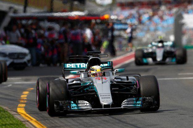 Hamilton startuje z pole position, Vettel drugi, Bottas trzeci https://www.moj-samochod.pl/Sporty-motoryzacyjne/F1-Australia-kwalifikacje--Vettel-rozdzielil-Mercedesa @F1 #gpaustralia #AustralianGrandPrix