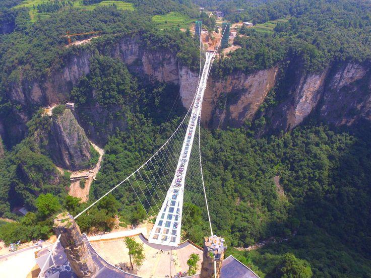 """As pontes de vidro transformaram-se em locais de atração turística na China. A travessia de Zhangjiajie, na província de Hunan, abriu ao público em agosto de 2016. Desenhada pelo arquiteto israelita Haim Dotan, foi fonte de inspiração das Montanhas Aleluia do filme """"Avatar""""."""