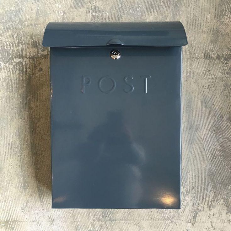 商品説明イギリス ガーデントレーディング社製のラージサイズのポストボックス。シンプルかつスタイリッシュなデザインはどんな空間にも合わせやすく、玄関に自然と溶け込みます。取出口はワイドな機能設計なので新…