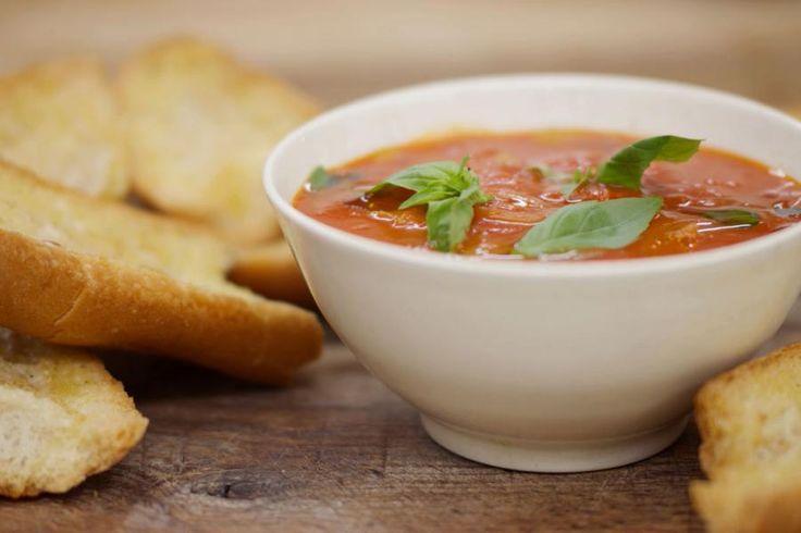 Jeroen maakt de gemakkelijkste tomatensoep van de wereld en serveert er krokante broodjes bij, bestreken met zelfgemaakte lookboter. Voor de soep gebruikt hij tomaten uit blik. Mocht je de kans zien om bij de Italiaan enkele blikken San Marzano-tomaten te kopen, aarzel dan niet. Ze hebben de perfecte smaak voor een rijkelijke tomatensoep.In de ingrediëntenlijst staat nergens boter vermeld, en dat heeft een goeie reden. Jeroen laat zien hoe je op basis van een bus volle room zelf boter kan…