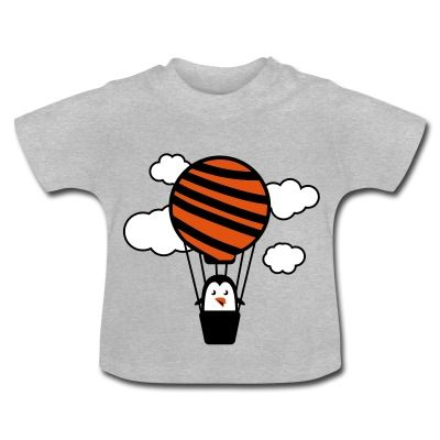 Camiseta de manga corta para bebés, 100% algodón de cultivo biológico. En el hombro izquierdo se encuentran botones automáticos hechos sin níquel para ampliar la abertura y que el vestir y desvestir al bebé se haga más fácil. #spreadshirt #mycshopspreadshirt #babytshirt #camisetabebe #fashionbaby #cute #nice #beautiful #style #babystyle #modabebe #pingüino #globo #nubes