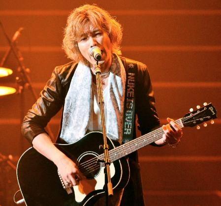 斉藤和義 ギターのストラップに反核メッセージ「核はもう終わりだ」