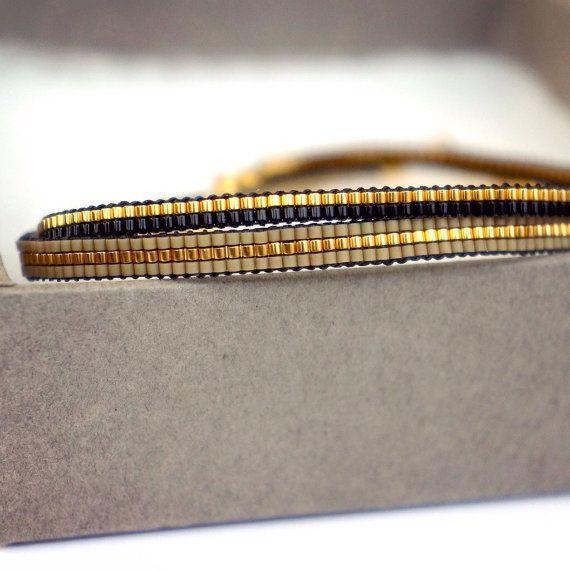 Ensemble de 2 bracelets faits à la main.  Tous les bracelets sont faits avec des perles Miyuki, ceux-ci sont fabriqués à partir de la plus petite taille perles Mt. 15. Perles Miyuki sont de haute qualité et le bracelet est fini avec un fermoir plaqué or.  Cette liste est pour 2 bracelets de tissage.   Longueur : Vous pouvez prendre un bracelet bien raccord et ces mesure pour déterminer la bonne taille de votre bracelet. Les bracelets sont faits sur mesure et ne contenant aucune chaîne…