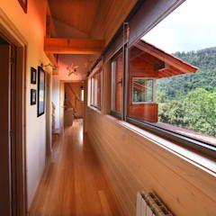 Couloir et Hall d'entrée de style par Rusticasa