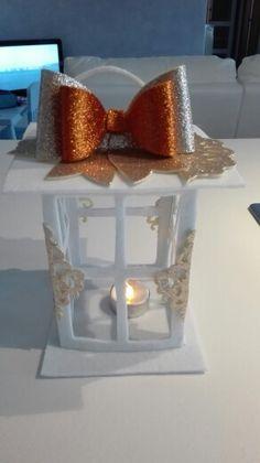 Lanterna in feltro bianco e fiocco e dettagli in gomma crepla