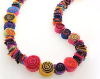 Filz-Schmuck - Filz Filz Collier - Halskette - bunte lange Halskette mit handgefertigten Spiralen