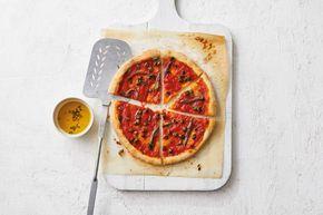 Pizza napoletana: Heerlijk met kappertjes en ansjovis - Recept - Allerhande