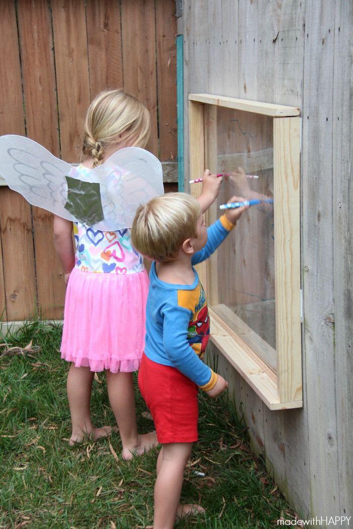 Kinderen houden ervan om met stiften alles te bekladden. Om hierop in te spelen, kan je in de buitenruimte een glaselement voorzien waar de kinderen met uitwisbare stiften kunnen op tekenen.