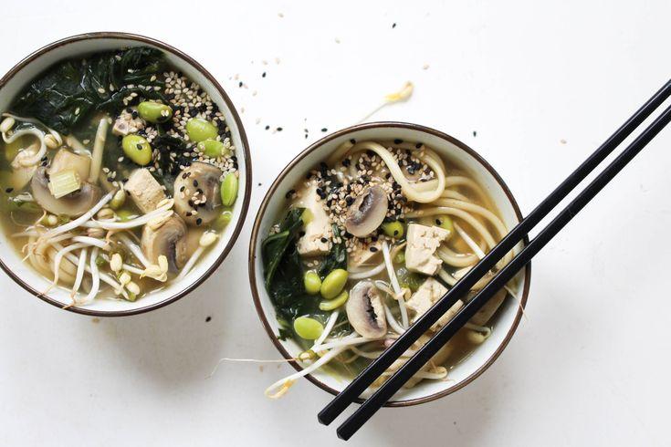Miso soep met tofu, edamame, paksoi en paddenstoelen. Een heerlijke, Japanse soep vol groenten. Plantaardige gezonde soep. Feelgoodbyfood vegan