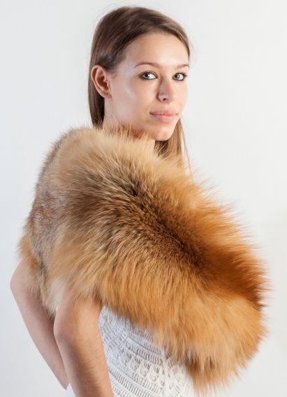 Stola in volpe Golden naturale. Lo store online amifur.it offre affascinanti e pregiate stole in volpe Scandinava naturale, ideali per cerimonie invernali. Amifur.it