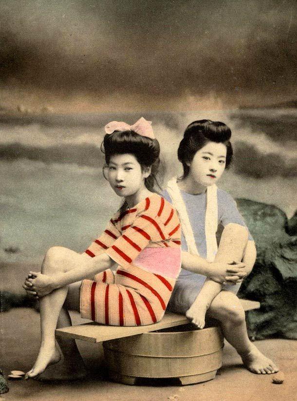 Swimsuit girls from old Japan, une impressionnante collection de photographies de Geisha et Maiko, posant en maillot de bain sur les plages du Japon de l'ère