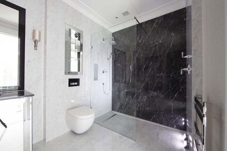 douche italienne à paroi fixe, murs et sol en marbre noir et blanc