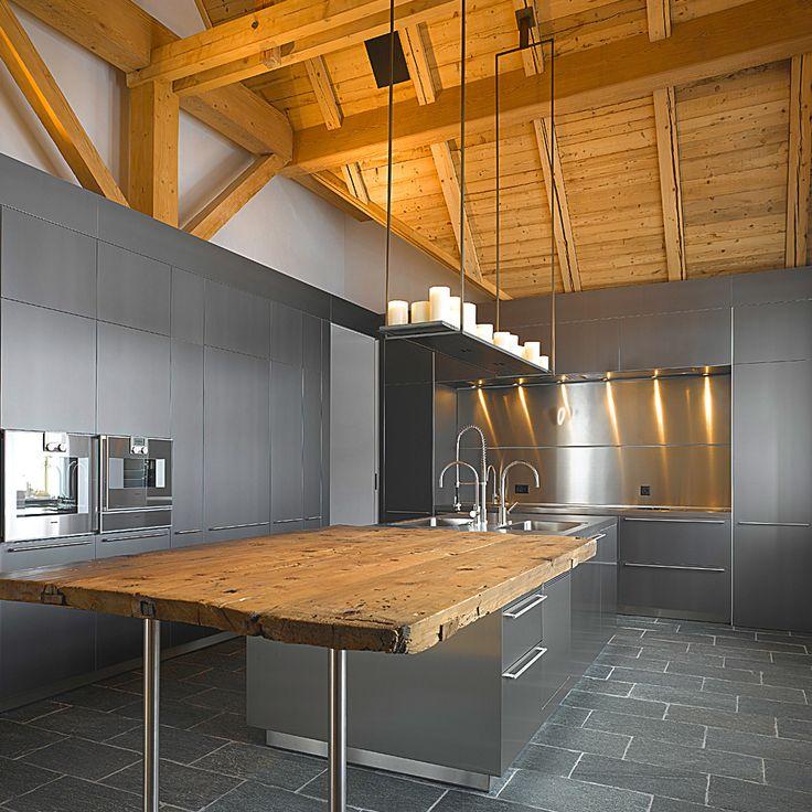 Modernität und Chalet Chic – zwei Stile die sich vorzüglich miteinander vereinen lassen, wie die private Ferienwohnung im Engadin, beweist. Rustikale Elemente wie Altholz, Schwarzstahl und Naturstein verleihen den grosszügigen Räumlichkeiten Gemütlichkeit und alpines Flair.
