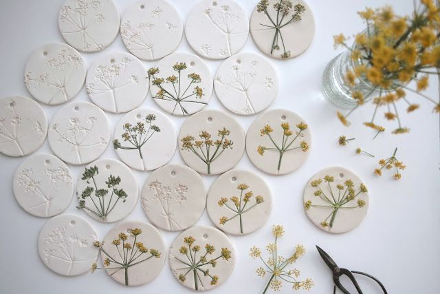 DHZ lentedecoratie dille, witte klei, rondje maken met glas, gaatje in prikken, bloemen erin duwen.