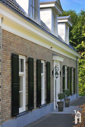 Letterlijk op de grens van Ridderkerk en Rotterdam moeten we nog even speuren maar de beloning is een ogenschijnlijk geheel volgens de 'regels' gebouwde, klassieke schoonheid. Een notariswoning bouwen met de gekende symmetrie, stijlelementen en 'zoals het hoort' in de breedte geplaatst op een ruime, groene kavel. Aan de voor- en achterzijde bevinden zich sloten. …