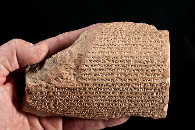 Tre tavolette d'argilla con incisi gli scritti del sovrano assiro sono state ritrovate a 14 metri sotto il livello del suolo dalla missione archeologica italo-turca, a guida Unibo. Erano state gettate in fondo a un pozzo su ordine del re babilonese Nabucodonosor II, per essere per sempre dimenticate