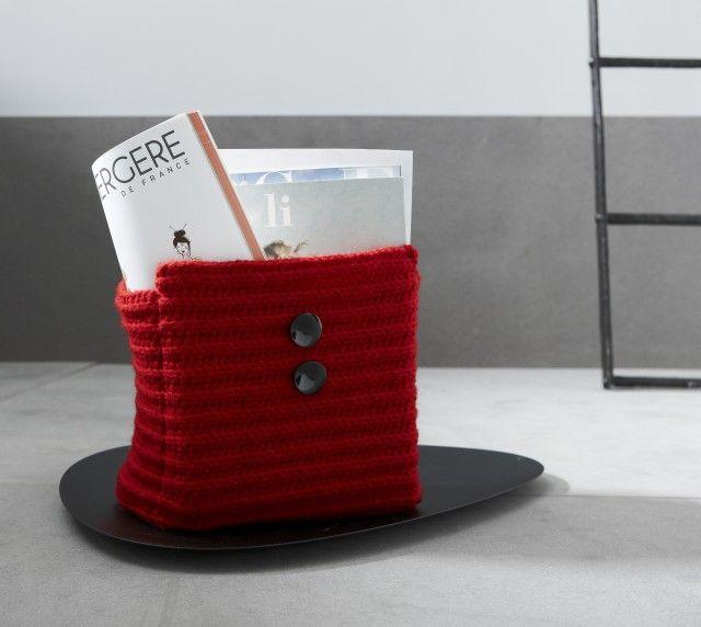Trenger du en ny tidsskriftholder som matcher interiøret i stua? Denne hekles i tre deler og sys sammen til slutt. P.S! Den kan også brukes som garnkurv.