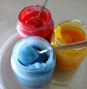 Recette peinture à doigts naturelle et comestible : 2 tasses de maïzena + 1 tasse d'eau froide, mélanger et ajouter environ 4 tasses d'eau bouillante. Ajouter quelques gouttes de colorants alimentaire. Se garde quelques jours au frigo